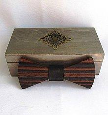 Doplnky - Drevený motýlik v krabičke - eben Makasar - 9457215_