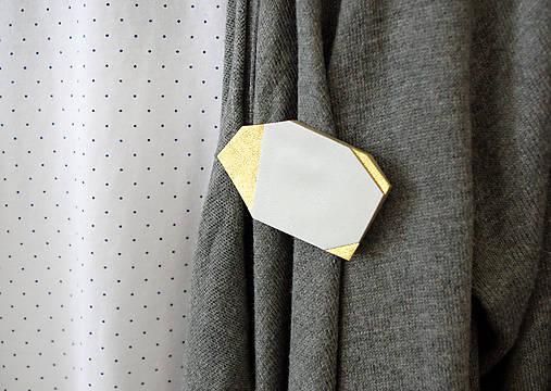 Geometrická brošňa