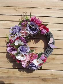 Dekorácie - Kvetinový veniec na dvere - 9456665_