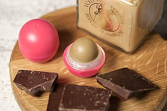 Drogéria - med a čokoláda - balzam na pery s panenským včelím voskom - 9461523_