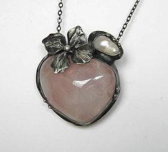 Náhrdelníky - cínový šperk s minerálom - Kvet a perla - 9460440_