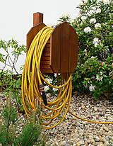 Nábytok - Drevený zahradný stojan na hadice - 9459455_