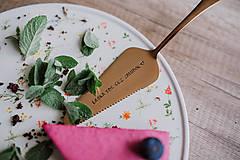 Pomôcky - Medená lopatka s razeným textom:Láska ide cez žalúdok - 9462790_