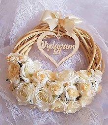Dekorácie - svadobný veniec krémový s nápisom