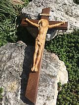 Krížik s dreveným vyrezávaným umučením
