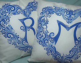 Úžitkový textil - Dekoračné vankúše s tmavomodrým ornamentom - 9470256_