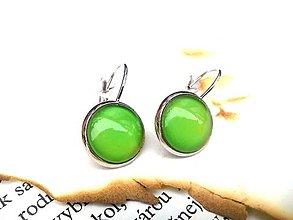 Prstene - Visiace náušnice so zelenými kamienkami - 9475816_