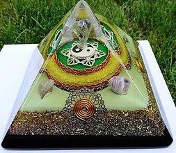 Dekorácie - Znížená cena o 26% - Veľká orgonitová pyramída JING - JANG s fluoritovým anjelom, ametystami, horským kryštálom keltskými špirálami a filigránmi - 9479798_