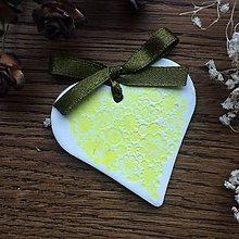 Darčeky pre svadobčanov - Keramické srdiečka s kvetinkami - žlté - 9476915_