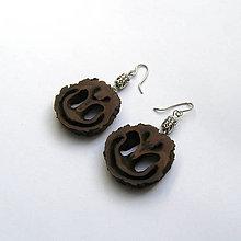 Náušnice - Vyškerený orechový ornament na ušká - 9480121_