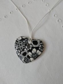 Náhrdelníky - náhrdelník srdiečko bielo-čierne s kvietkami - 9502822_