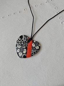 Náhrdelníky - náhrdelník srdiečko bielo-čierne - 9502881_