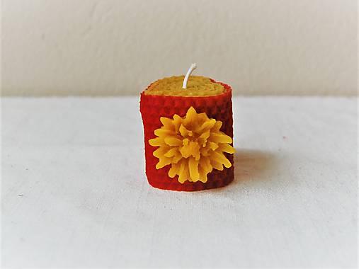 Srdiečková sviečka s kvetinkou v krabičke (s chryzantémou)