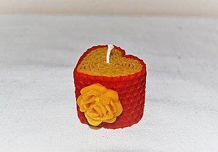 Svietidlá a sviečky - Srdiečková sviečka s kvetinkou v krabičke (s ružou) - 9503063_