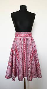 YWETTE: červený folklór sa nosí na sukni