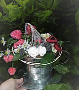 Dekorácie - Dekorácia v plechovej šálke: Jahodový čaj - 9515865_