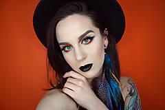Ozdoby do vlasov - Modrý festivalový hair clip s perím - 9517776_
