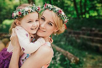 Ozdoby do vlasov - Nežný, zelenkavo bordový kvetinový venček - 9517894_