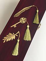Papiernictvo - Záložka s pierkom / kľúčom, prípadne s vetvičkou / - 9521036_