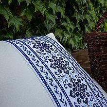 Úžitkový textil - vankúš s modrou výšivkou - 9519566_