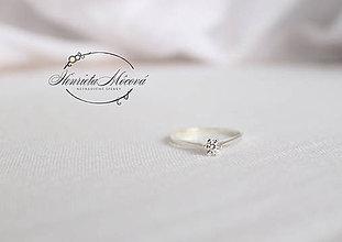 Prstene - minimalistický zásnubný prsteň - slim biele Au - 9521078_