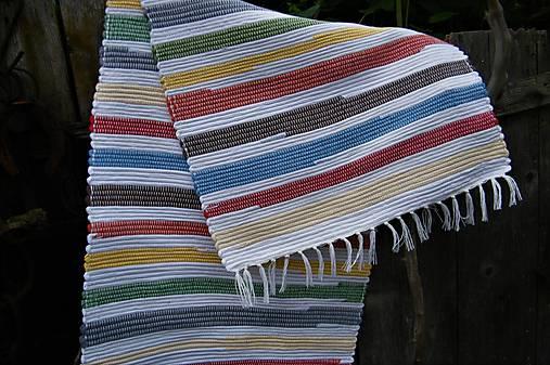 Tkaný koberec pestrofarebný s bielymi pásmi