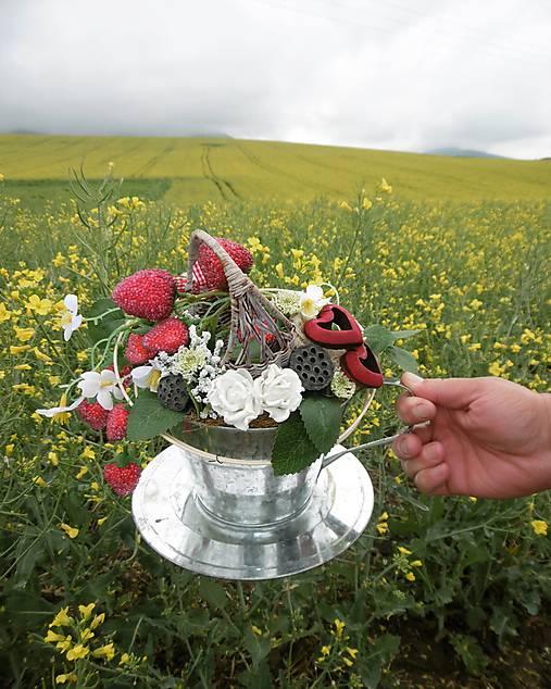 Dekorácia v plechovej šálke: Jahodový čaj