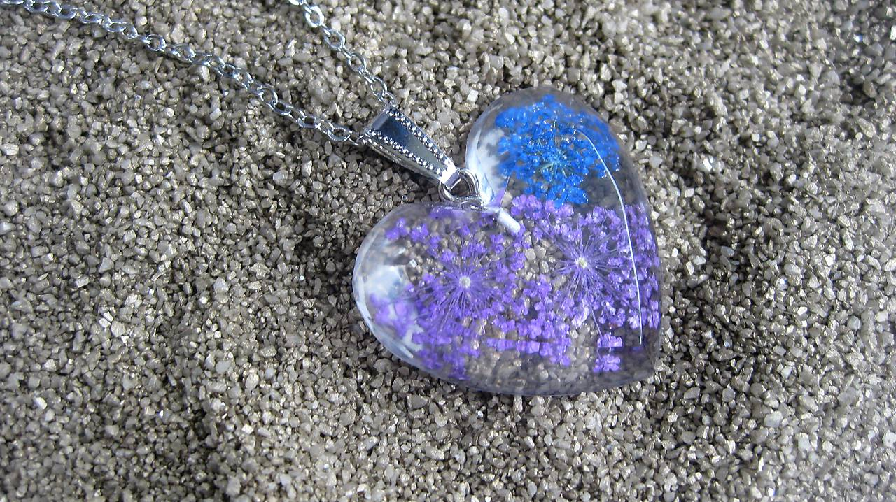 d6c767d45b7a Náhrdelníky - Srdiečko s kvietkami - živicový náhrdelník (s fialovými a  modrými kvietkami č.
