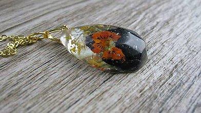 Náhrdelníky - Slzička s kvietkami - živicový náhrdelník (so sirôtkou tmavou č., 2076) - 9523767_