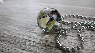 Náhrdelníky - Živicový náhrdelník gulička s kvietkami - chirurgická oceľ (s modrými kvietkami č. 2084) - 9524299_
