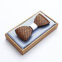 Doplnky - Drevený motýlik GRAND - orech (bel) puntíky - 9528877_
