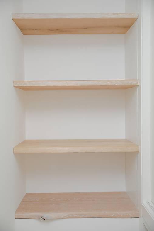 Krátka drevená polica s neviditeľným uchytením
