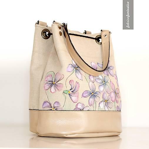 Lilo - ručne maľovaná batôžková kabelka s fialkami