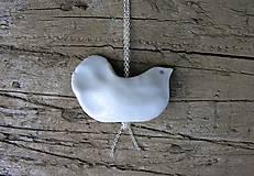 Náhrdelníky - porcelánový prívesok vtáčik na retiazke - 9544584_