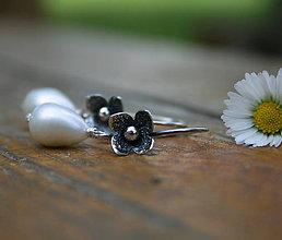 Náušnice - Strieborné náušnice s bielou perlou - 9545543_