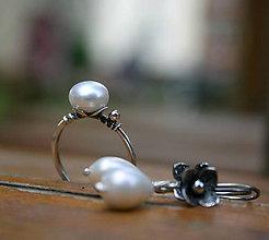 Prstene - Strieborný prstienok s bielou perlou - 9545602_