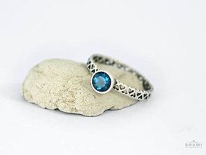 Prstene - CERTIFIKÁT 925 Strieborný prsteň s prírodným londynským modrým topásom - 9548894_