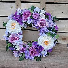 Dekorácie - Veniec na zavesenia alebo položenie, fialový s ružami, hortenziami a brečtanom - 9549897_