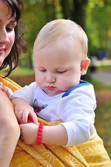 Náramky - Detský červený náramok proti urieknutiu a na žužlanie (2v1) - 9563549_