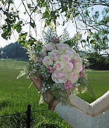 Dekorácie - svadobná kytica: ružové ruže v objatí konvaliniek - 9564547_