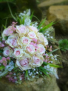 Dekorácie - svadobná kytica: nežnosť ruží v objatí konvaliniek - 9567027_