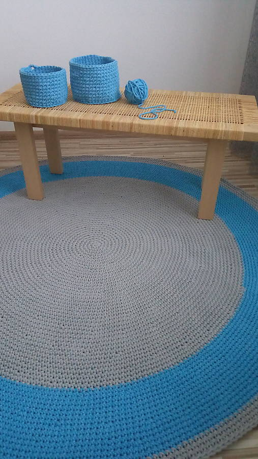 Ručne háčkovaný koberec - šedá, azúrovo modrá
