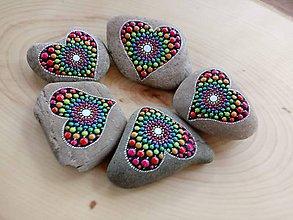 Dekorácie - Žiarivé srdiečka - Na kameni maľované - 9578381_