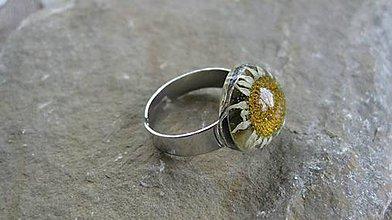 Prstene - Živicový prsteň s kvietkami (s margarétkou č. 2158) - 9581138_
