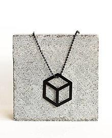 Náhrdelníky - Kovový geometrický prívesok CUBE - 9582882_