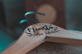 Dekorácie - Drevené vešiaky - svadba - vypalovanie - 9582672_