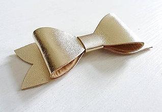 Odznaky/Brošne - Kožená brošňa mašľa, malá - 9587142_