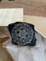 Dekorácie - Biela čipka na čiernej bridlici - Na kameni maľované - 9588475_