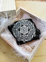 Dekorácie - Biela čipka na čiernej bridlici - Na kameni maľované - 9588477_