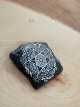 Dekorácie - Biela čipka na čiernej bridlici - Na kameni maľované - 9588478_
